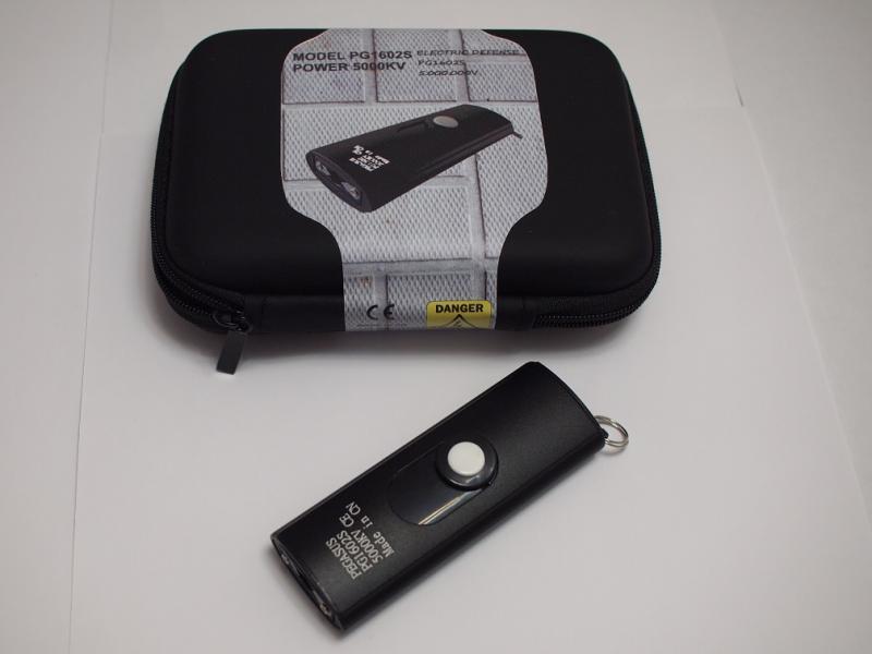 Un taser de mano pequeño con linterna incluida PG1602-5000KV